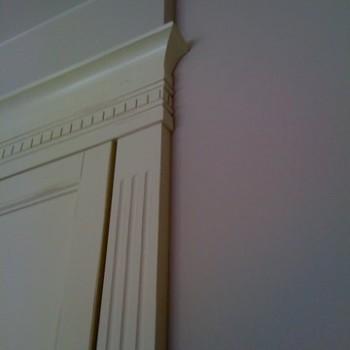 Stylizowany pilaster z koroną