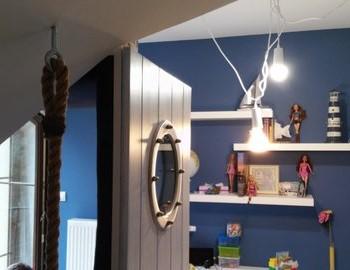Świecąca lampa w pokoju