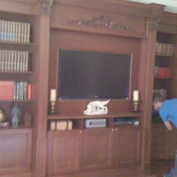 Telewizor zamontowany na szafie