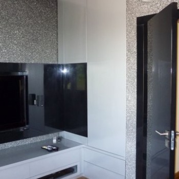 Telewizor obok szafy