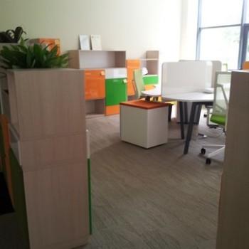Stanowisko biurowe z półkami