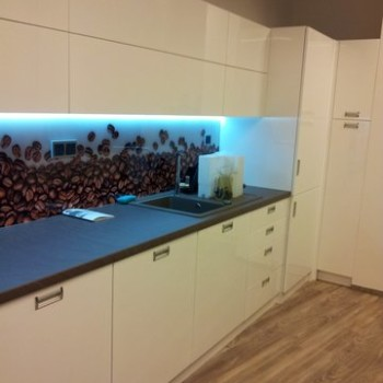 Ściana kuchenna z motywem na szkle